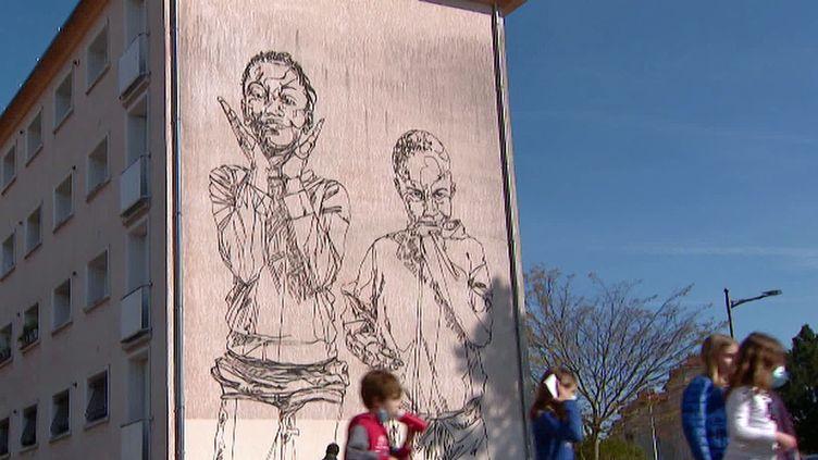 Le graffeurMahn Kloix rend hommage aux habitants du quartier Bel-Air de Poitier et réalise dix fresques sur les immeubles (France 3 Poitou-Charente)