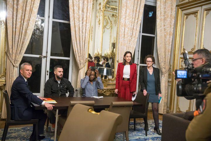 Priscillia Ludosky, au centre, entourée d'Eric Drouet et François de Rugy (à gauche) et de Brune Poirson et Emmanuelle Wargon (à droite), le 27 novembre 2018. (MICHEL STOUPAK / NURPHOTO / AFP)