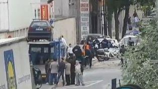 Quatre personnes ont été blessées le 19 juin 2012 à Aubervilliers (Seine-Saint-Denis) lors d'un vol à la portière (capture d'écran France 2). (FRANCE 2)