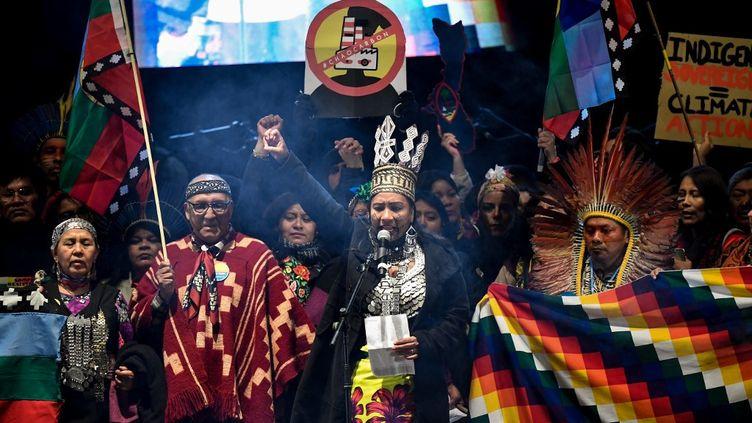Des Indigènes manifestent à Madrid pour appeler les dirigeants du monde à agir pour l'urgence climatique, le 6 décembre 2019. (PIERRE-PHILIPPE MARCOU / AFP)