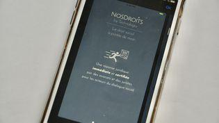 L'application Nos Droits sur un smartphone. Photo d'illustration. (JEAN-CHRISTOPHE BOURDILLAT / RADIO FRANCE)