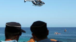 Des gendarmes sur la plage de Boucan Canot, à Saint-Paul, le 20 septembre 2011, après une attaque mortelle de requins. (RICHARD BOUHET / AFP)