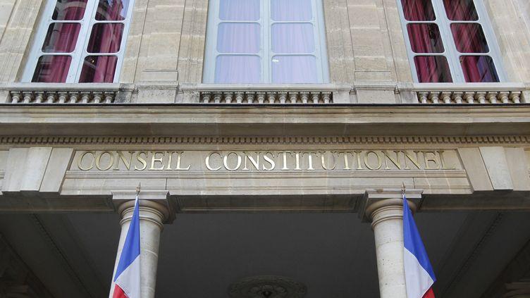 Devant l'entrée du Conseil constitutionnel, à Paris. (THOMAS SAMSON / AFP)