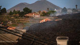 Des maisons détruites par des coulées de lave du volcan Cumbre Vieja, le 20 septembre 2021 à El Paso, dans l'archipel des Canaries (Espagne). (ANDRES GUTIERREZ / ANADOLU AGENCY / AFP)