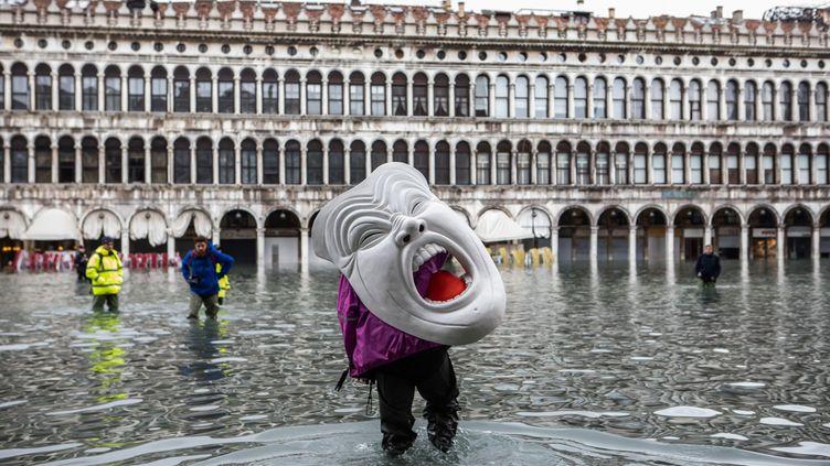 Un masque sauvé des eaux à Venise, le 17 novembre 2019. (CLAUDIA GRECO/ AGF / SIPA)