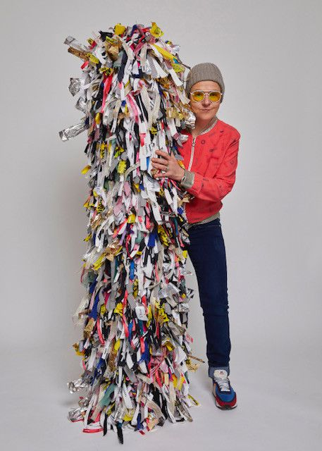 """Exposition Nochapiq """"Road Trip"""" à la galerie Joyce à Paris : le plus grand objet emballé par Nochapiq est une sorte de totem porte-bonheur ébouriffé de Bolduc. Janvier 2020 (Mohamed khalil X Nochapiq)"""