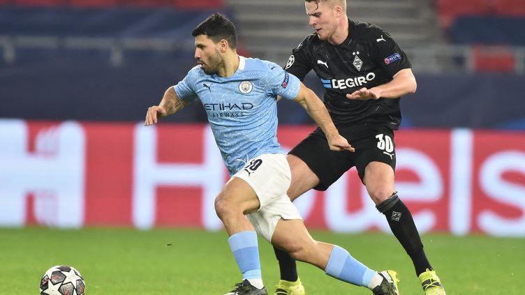 Sergio Aguero et Nico Elvedi lors du match aller de Ligue des Champions, le 24 février 2021.  (ATTILA KISBENEDEK / AFP)