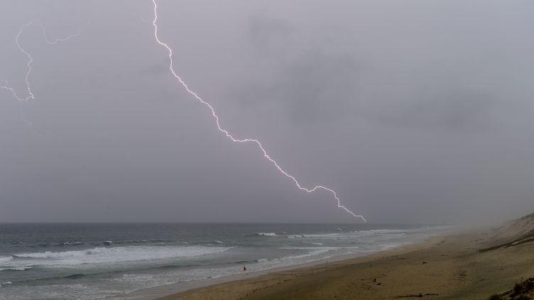 Un orage à Carcans (Gironde), le 26 mai 2018. (NICOLAS TUCAT / AFP)