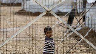 Depuis plus de deux ans, près de 200enfants français sont détenus avec leurs mères dans les camps de Roj et d'Al-Hol, dans le nord-est de la Syrie. (DELIL SOULEIMAN / AFP)
