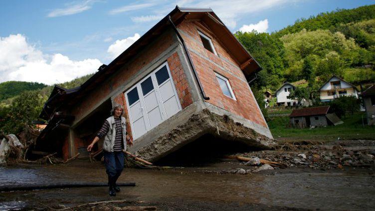 (La montée des eaux a provoqué d'énormes dégâts comme ici dans le village de Krupanj, en Serbie © Reuters - Marko Djurica)