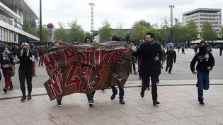 Des manifestants protestent contre la loi Travail et la police à Rennes (Ile-et-Vilaine), le 14 mai 2015. (DAMIEN MEYER / AFP)