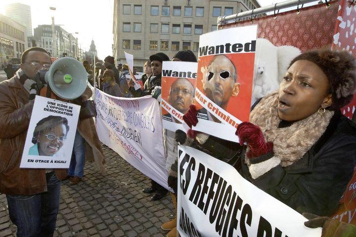 A Bruxelles, des opposants en exil protestent contre la venue en Belgique du président rwandais Paul kagame, le 6 décembre 2010. (NICOLAS MAETERLINCK / BELGA)