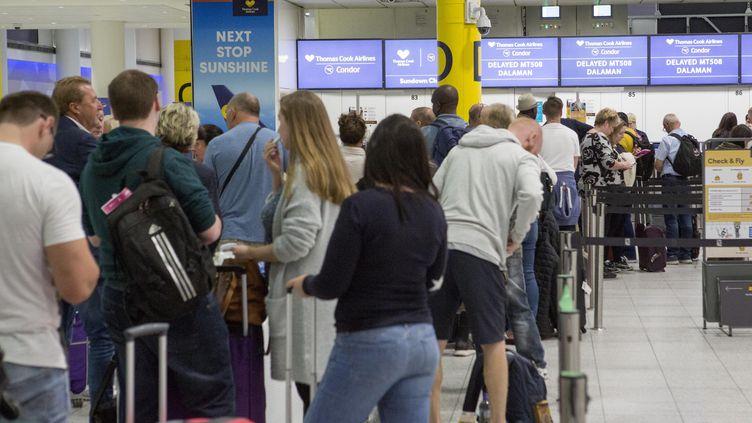 Des clients de Thomas Cook attendent à l'aéroport de Gatwick (Royaume-Uni), le 22 septembre 2019. (MAXPPP)