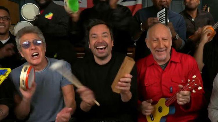 L'animateur américain Jimmy Fallon entouré de Roger Daltrey (à gauche) et Pete Townshend (en rouge) des Who, au Tonight Show starring Jimmy Fallon le 15 mai 2019. (The Tonight Show starring Jimmy Fallon / NBC)