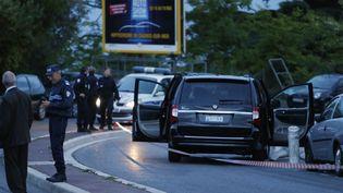 La police enquête sur la scène de la fusillade qui a causé la mort d'Hélène Pastor,devant un hôpital de Nice (Alpes-Maritimes), le 6 mai 2014. (VALERY HACHE / AFP)