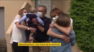 Une famille se retrouve après le déconfinement (FRANCEINFO)