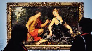 """Des visiteurs contemplent le tableau """"Vertumme et Pomone"""" (1617-1619) de Rubens , au Louvre-Lens (17/5/2013)  (Philippe Huguen / AFP)"""