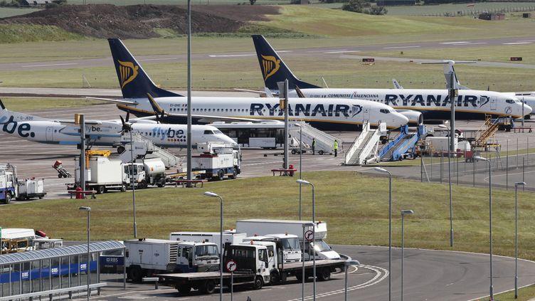 Deux avions de la compagnie Ryanair le 24 mai 2011, à l'aéroport d'Edimbourg (Ecosse). (DAVID MOIR / REUTERS)