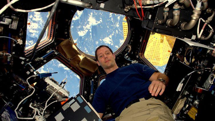 """L'astronaute Thomas Pesquet lors de son séjour dans l'ISS, en novembre 2016, dans son observatoire de la Cupola. Celui dans lequel il évoque aujourd'hui ses paysages préférés avec les enfants dans """"L'émission spatiale"""". (AFP / ESA / NASA)"""