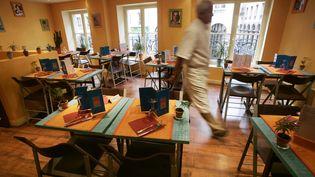 Une salle de resaurant est prête à accueillir ses clients, à Paris, le 4 mai 2005. (JOEL SAGET / AFP)
