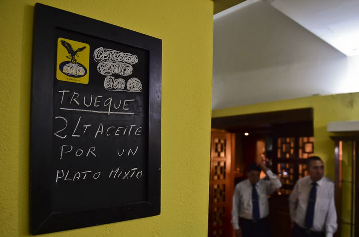 Un restaurant à Caracas propose ce repas en échange de deux litres d'huile de cuisson, le 13 septembre 2016. (RONALDO SCHEMIDT / AFP)