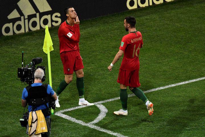 Cristiano Ronaldocélèbre son premier but face à l'Espagne, le 15 juin 2018, àSochi en Russie. (JONATHAN NACKSTRAND / AFP)