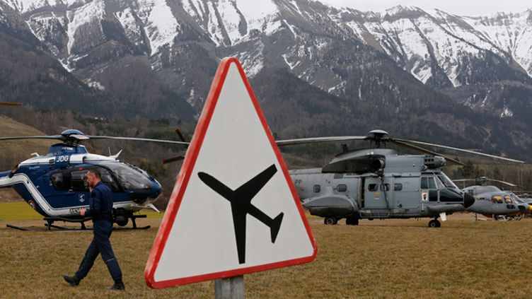 (Les secours ont établi le PC sécurité à proximité de la zone de crash © REUTERS/Jean-Paul Pelissier)