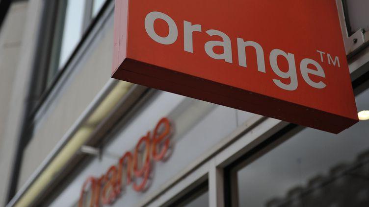 """Selon l'UFC-Que Choisir, Orange """"emprisonne"""" les consommateurs avec son offre """"quadruple play"""". (CARL COURT / AFP)"""