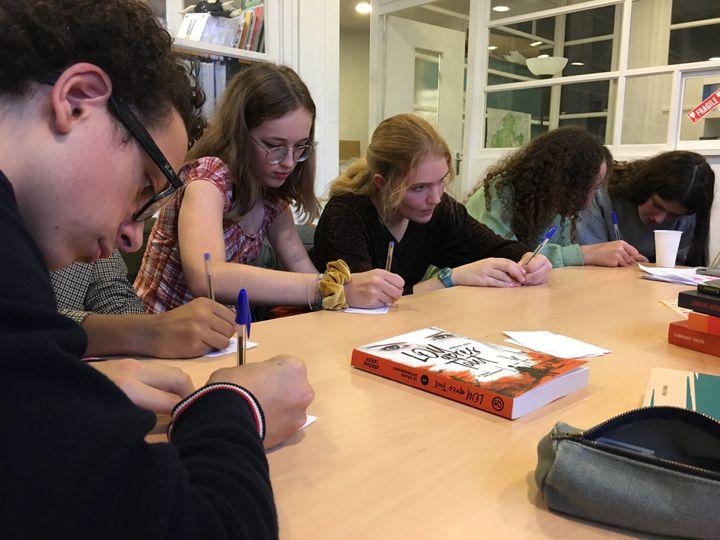 Les jurés de la Pépite Fiction ado votent, le 27 novembre 2019 à Montreuil (Laurence Houot / franceinfo Culture)