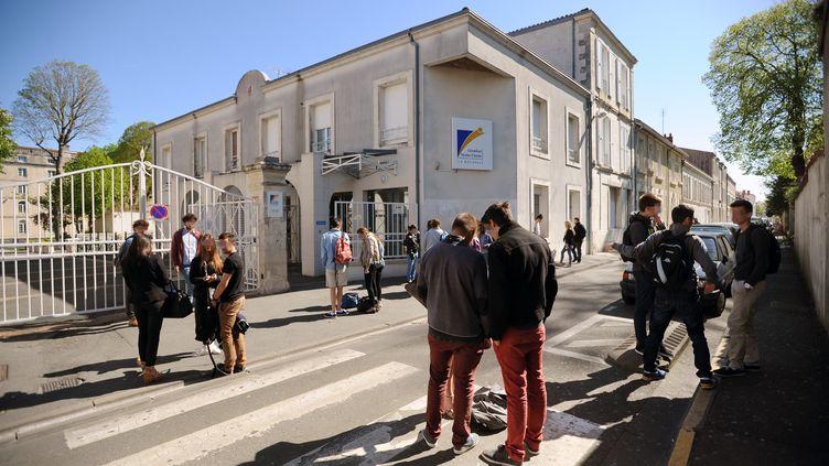Devant le lycée Fénelon-Notre-Dame de La Rochelle, le 14 avril 2014. (XAVIER LEOTY / AFP)