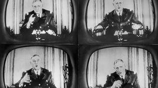 Quatre attitudes du général de Gaulle, revêtu de son uniforme militaire, pendant son discours radiotélévisé du 29 janvier 1960 (AFP)