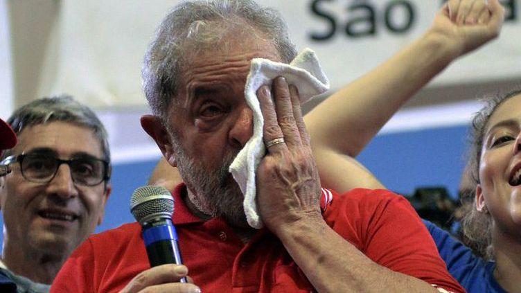 L'ancien président brésilien Luiz Inacio Lula da Silva essuie ses larmes alors qu'il assiste à une rencontre organisée par des membres du Parti des travailleurs (PT) à Sao Paulo (Brésil) le 4 mars 2016. Quelques heures plus tôt, il avait été brièvement détenu par la police pour être interrogé dans le cadre d'un scandale de corruption impliquant le pétrolier Petrobras.     (NELSON ALMEIDA / AFP)