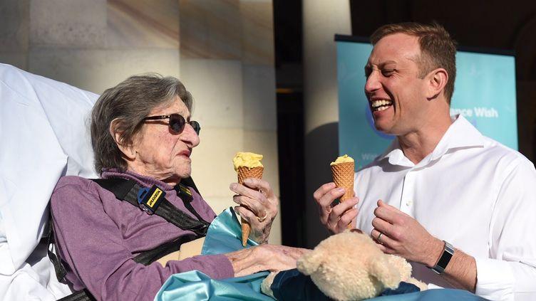 Betty, 92 ans, en train de manger une glace avec Steven Miles, le ministre de la Santé du Queensland, alors qu'elle a pu quitter les soins palliatifs pour quelques heures, le 25 juillet 2019 à Brisbane (Australie). (AFP PHOTO / PALLIATIVE CARE QUEENSLAND / ANGE COSTES PHOTOGRAPHY)