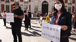 Des manifestants protestent contre les restrictions décidées pour la ville de Madrid, en Espagne, dimanche 27 septembre 2020. (OSCAR GONZALEZ / NURPHOTO / AFP)