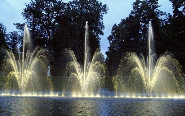 La nuit aussi, les jardins de Versaillestransforment en un parcours féérique où bassins et bosquets sont mis en eau et en couleurs. Tous les samedis à partir du 18 juin 2016  (Didier Saulnier/Maxppp/MAXPPP)