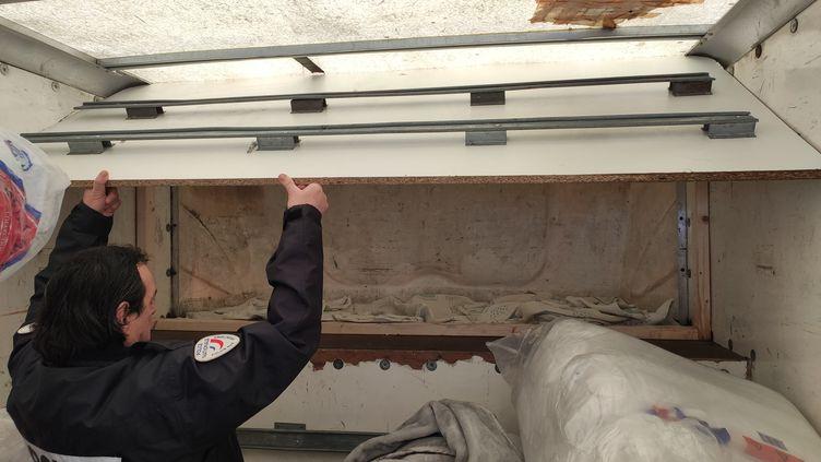 Deux familles d'Afghans qui tentaient de rejoindre la Grande-Bretagne ont été découvertes dans un camion au Havre (Seine-Maritime) (David Di Giacomo / Radio France)