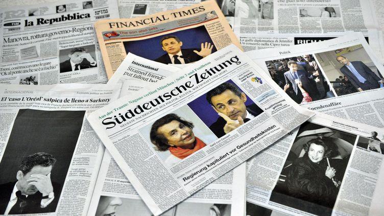 Sélection de unes de journaux européens, accordant une large place à l'affaire Bettencourt, en juillet 2010. (BERTRAND LANGLOIS / AFP)