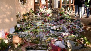 Un rassemblement en hommage au professeur assassiné àConflans-Sainte-Honorine (Yvelines), le 17 octobre 2020. (BERTRAND GUAY / AFP)