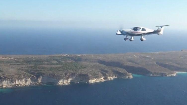 Les autorités italiennes ont décidé de clouer au sol un avion de l'association française des pilotes volontaires qui survole la Méditerranée pour repérer des migrants en détresse. Explications dans le 13 Heures. (CAPTURE ECRAN FRANCE 2)