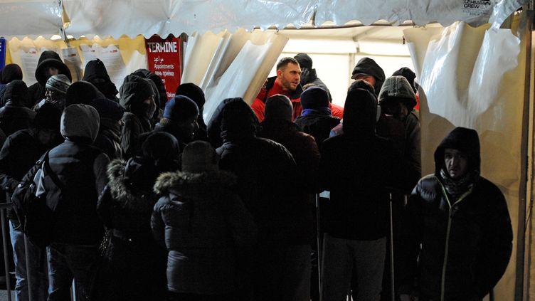 Des migrants font la queue devant un centre qui enregistre les demandes d'asile, à Berlin (Allemagne), le 4 janvier 2016. (MARKUS HEINE / NURPHOTO)