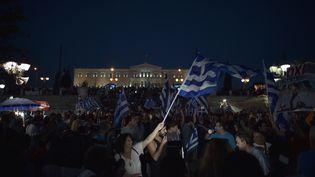 """Des partisans du """"non"""" au référendum sur les réformes demandées à la Grèce par ses créanciers célèbrent leur victoire sur la place Syntagma, à Athènes (Grèce), le 5 juin 2015. (ARIS MESSINIS / AFP)"""