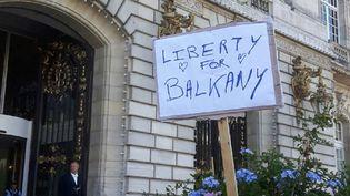 Des messages de soutien aux époux Balkany devant l'hôtel de ville de Levallois-Perret le 14 septembre 2019. (JÉRÔME JADOT / FRANCE-INFO)