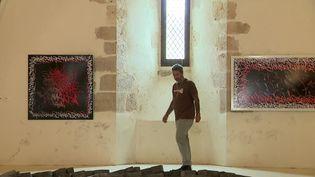 Cyril Kongo dans la chapelle desGrandmontains de Monmorillon (France 3 Poitou-Charentes)