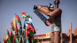 La statue d'un caméraman au siège du Festival panafricain du cinéma et de la télévision (Fespaco) à Ouagadougou, au Burkina Faso, le 14 octobre 2021.    (OLYMPIA DE MAISMONT/AFP)