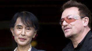 Aung San Suu Kyi avec Bono de U2, le 18 juin 2012 à Oslo.  (Daniel Sannum Lauten / AFP)