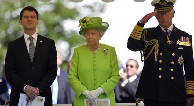 (Le Premier ministre français Manuel Valls, la reine Elizabeth et le prince Charles réunis à Bayeux pour la commémoration du 70e anniversaire du débarquement allié le 6 juin 1944 © REUTERS/Toby Melville)