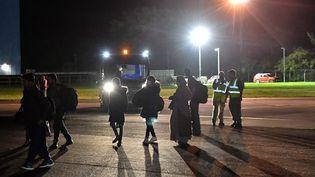 Des passagers rapatriésd'Afghanistan après avoir atterrià Norton(Royaume-Uni), le 17 août 2021. (MARK LARGE / AFP)