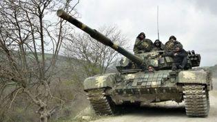 Un tank de l'armée de défense du Haut-Karabakh se déplace sur une route près du village de Mataghis, à 70 km au nord de la capitale de la région, Stepanakert, le 6 avril 2016. (KAREN MINASYAN / AFP)