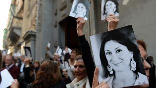 Des personnes se rassemblent devant une églisede La Vallette (Malte), le 16 avril 2018, six mois après la mort de la journaliste d'investigationDaphne Caruana Galizia. (MATTHEW MIRABELLI / AFP)
