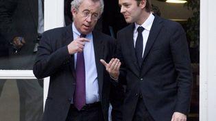 Le président du directoire, Luc Oursel (à gauche), et le ministre de l'Economie François Baroin (à droite), aux portes du ministère de l'Economie, à Paris, le 22 novembre 2011. (FRED DUFOUR / AFP)